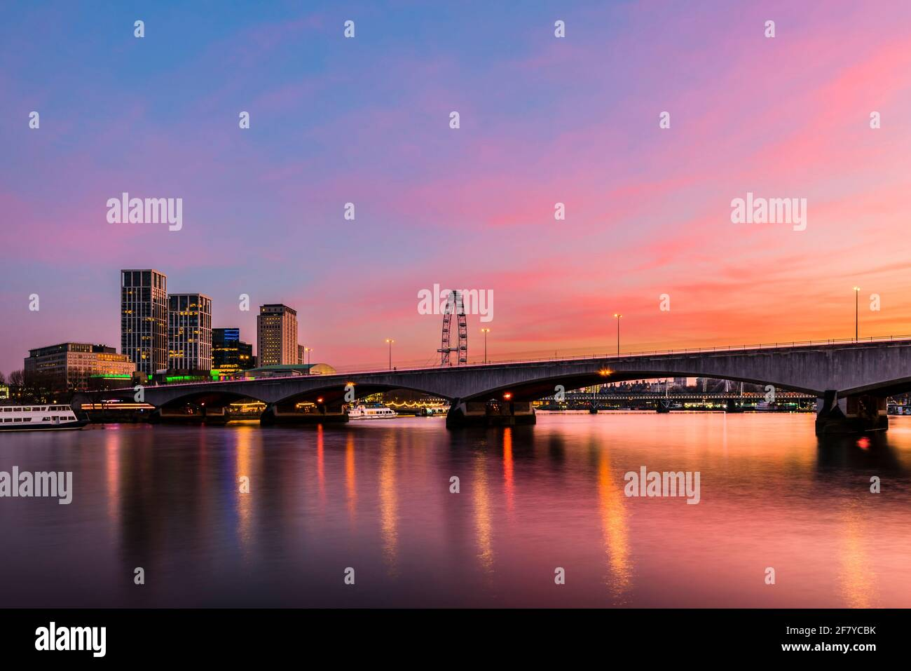 Cielos naranjas al atardecer sobre el puente Waterloo en el río Támesis, Londres, Reino Unido Foto de stock