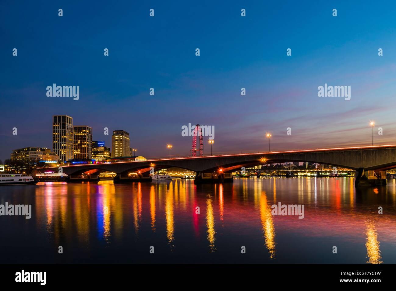 Vista de las luces de la tarde en el puente Waterloo sobre el río Támesis, Londres, Reino Unido Foto de stock