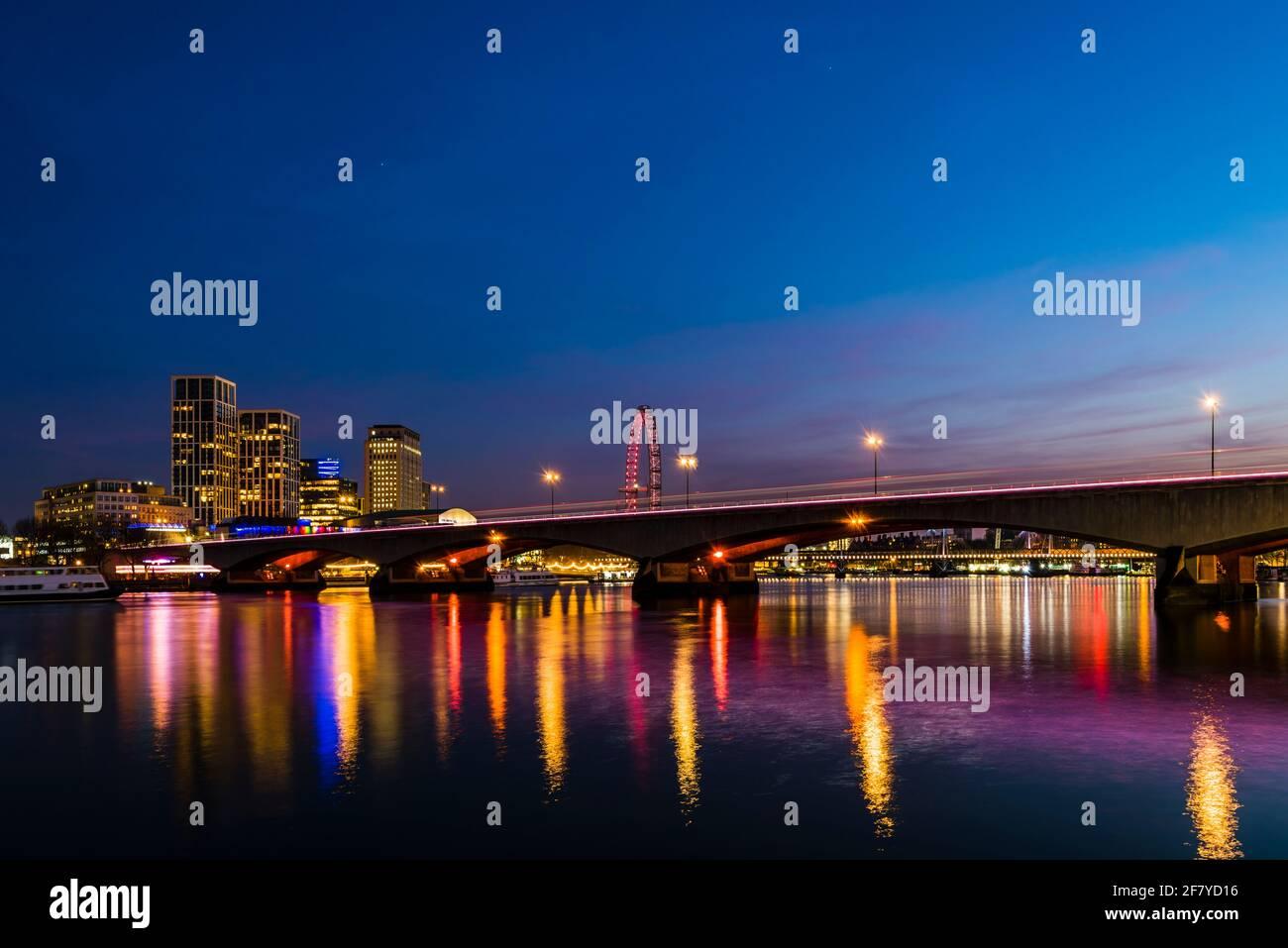 Vista al atardecer de las luces del Waterloo Bridge sobre el río Támesis, Londres, Reino Unido Foto de stock