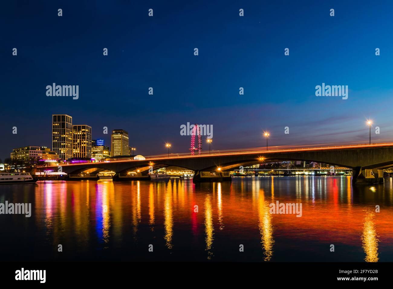 Vista a primera hora de la tarde de las luces del puente Waterloo sobre el río Támesis, Londres, Reino Unido Foto de stock