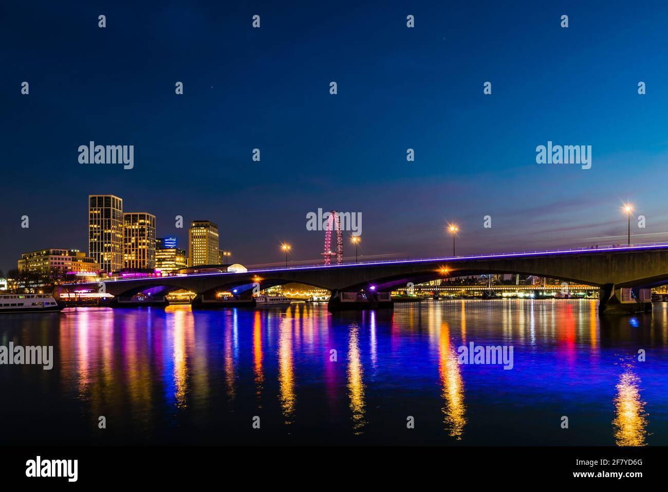 Vista nocturna de las luces del puente Waterloo sobre el río Támesis, Londres, Reino Unido Foto de stock