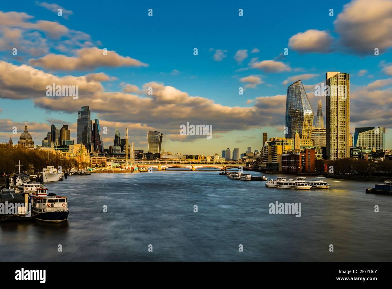 Vista a última hora de la tarde sobre la ciudad de Londres y el puente Blackfriars, Londres, Reino Unido Foto de stock