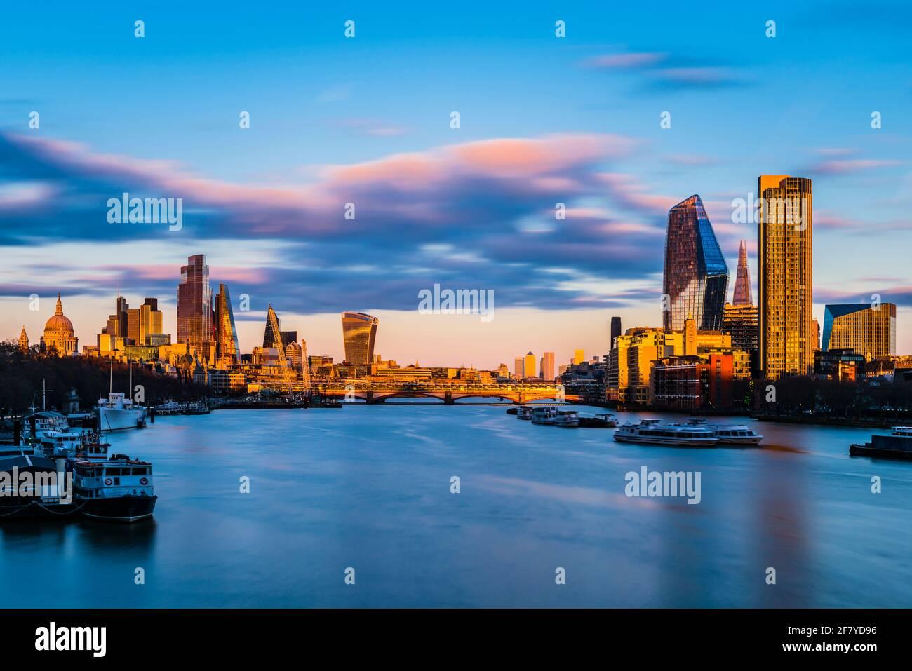 Vista al atardecer sobre la ciudad de Londres y el puente Blackfriars, Londres, Reino Unido Foto de stock