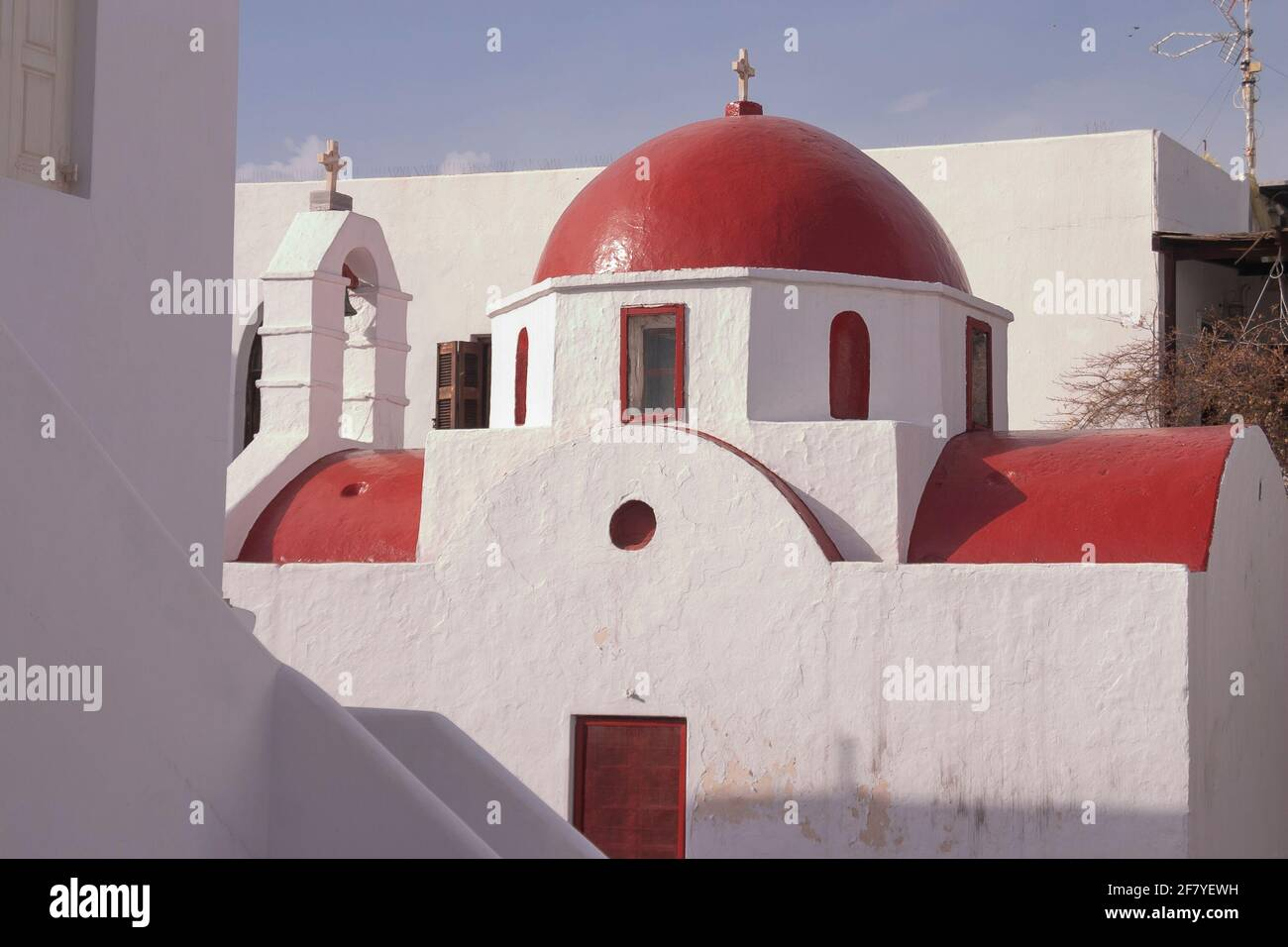 Mykonos, Grecia - 05 de abril de 2012: Iglesia Metropolitana, templo cristiano con cúpula roja y campanario, encalado en blanco en la ciudad de Mykonos, Cícladas i Foto de stock