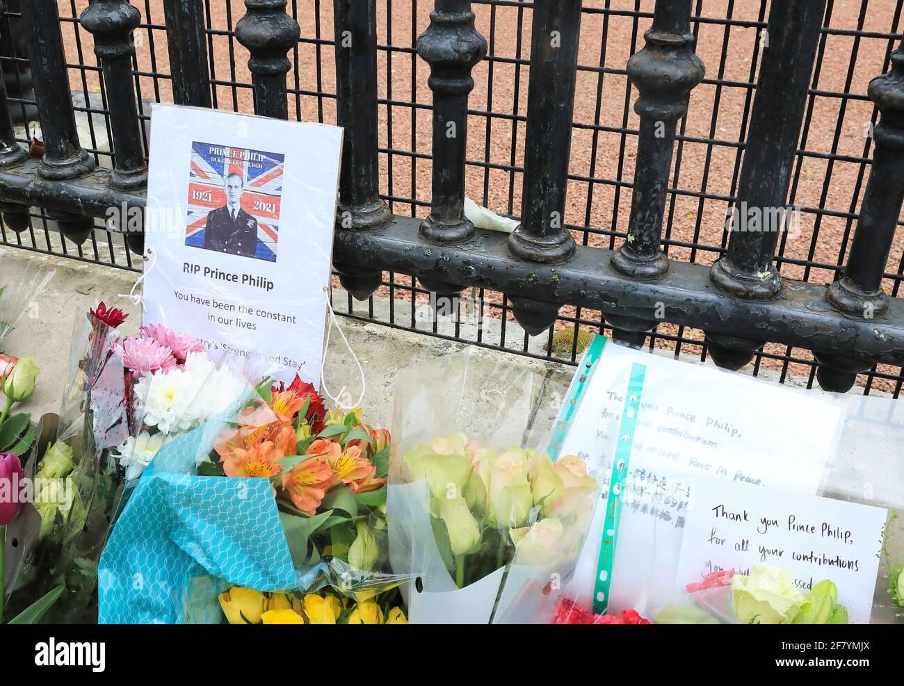 Londres, Reino Unido, abril de 10th 2021. La gente hizo cola para poner flores fuera de las puertas del palacio de Buckingham para pagar sus respetos y recordar a S.A.R. el príncipe Felipe que murió el viernes a los 99 años. Monica Wells/Alamy Live News Foto de stock
