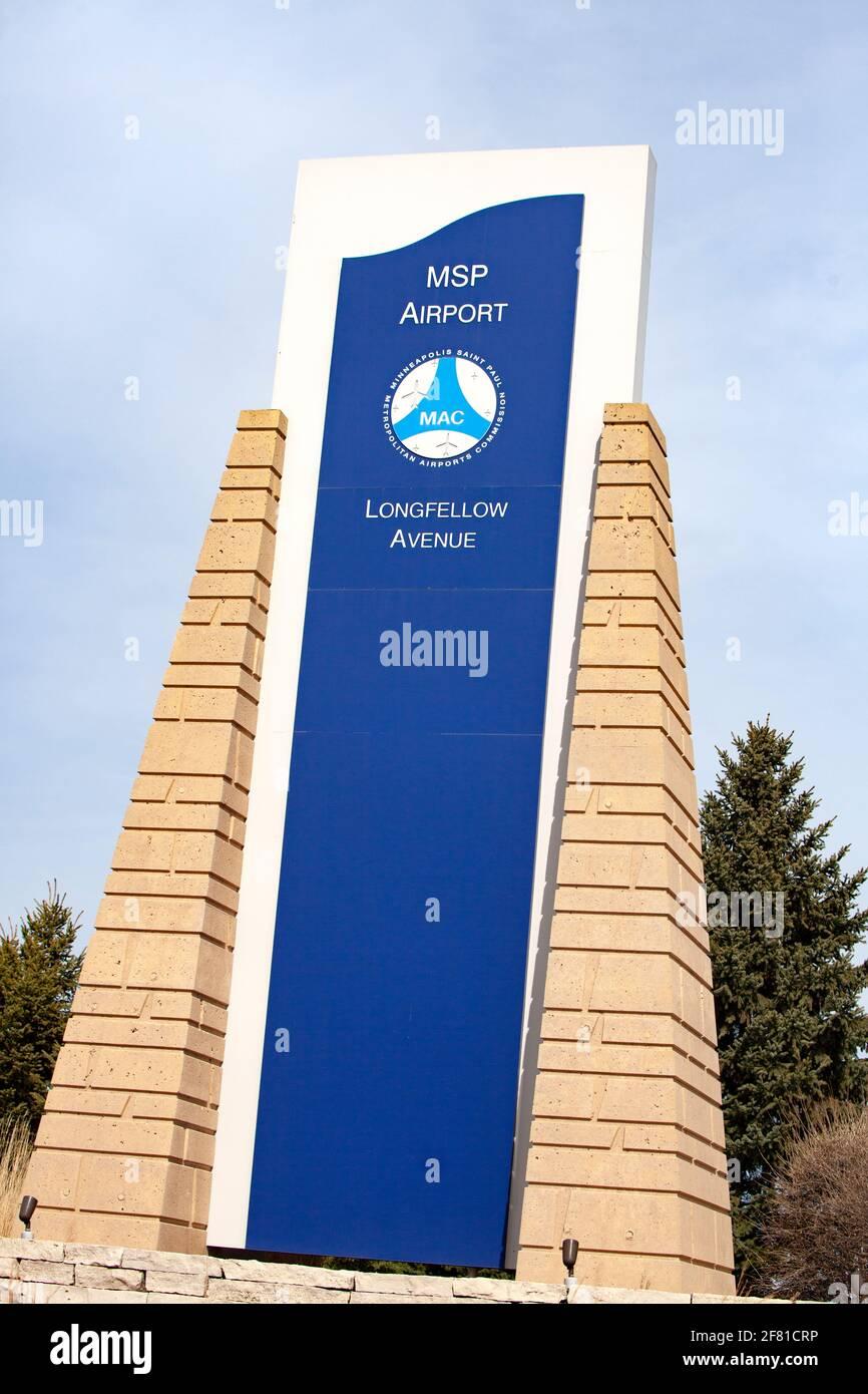 Marcador creativo de piedra que identifica Longfellow Avenue en el Aeropuerto Internacional de Minneapolis St. Paul. Minneapolis Minnesota MN Estados Unidos Foto de stock