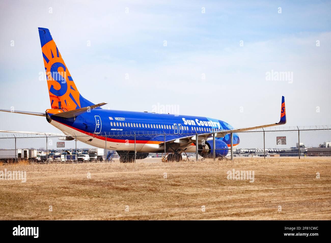 El colorido avión Sun Country aparcado en el delantal en el Aeropuerto Internacional St Paul de Minneapolis. Minneapolis Minnesota MN Estados Unidos Foto de stock