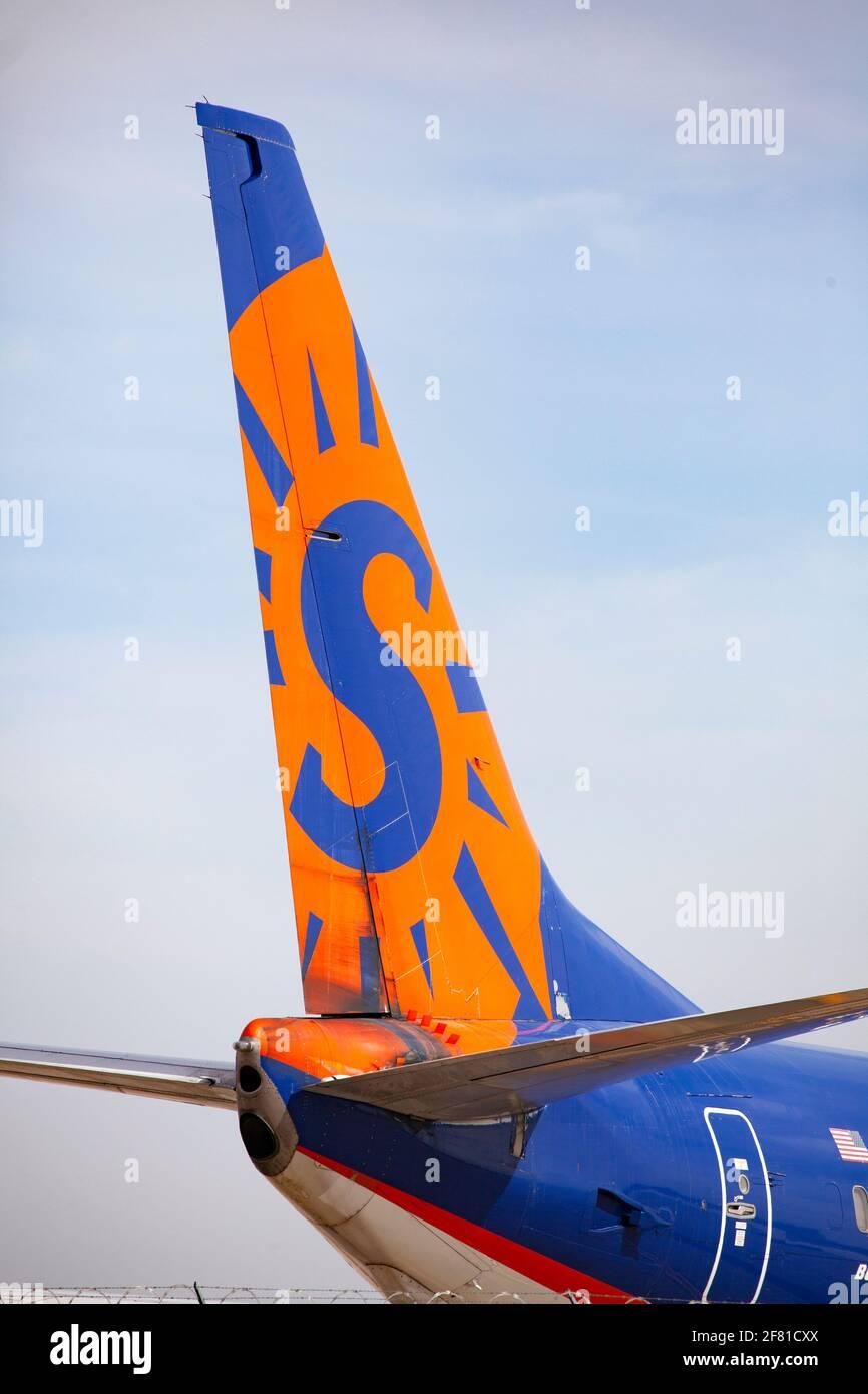 Cola de un aparcado y colorido avión Sun Country en el delantal del Aeropuerto Internacional St Paul de Minneapolis. Minneapolis Minnesota MN Estados Unidos Foto de stock