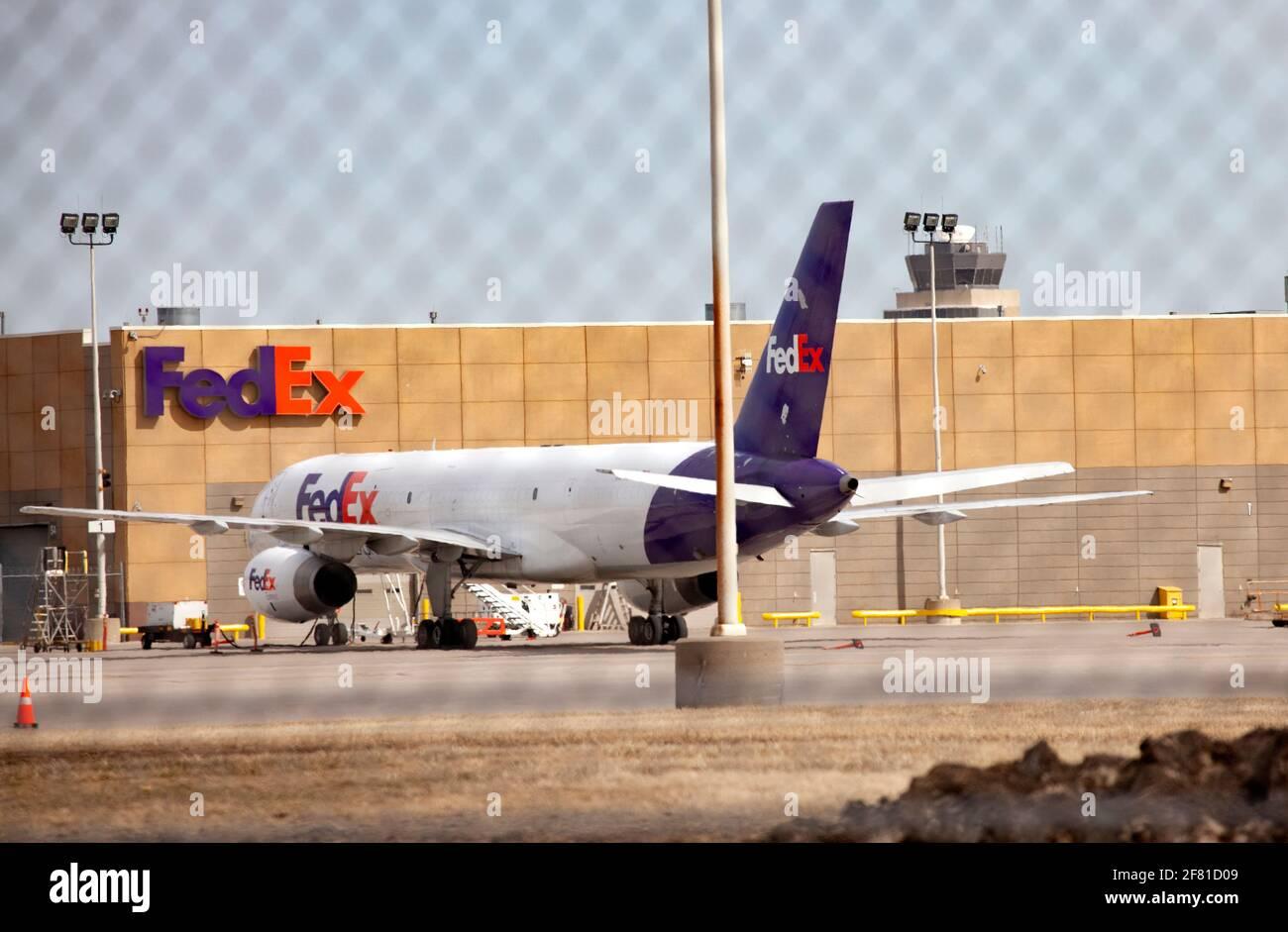 FedEx firma en la oficina de negocios con FedEx Airplane estacionado en el delantal en el Aeropuerto Internacional St Paul de Minneapolis. Minneapolis Minnesota MN Estados Unidos Foto de stock