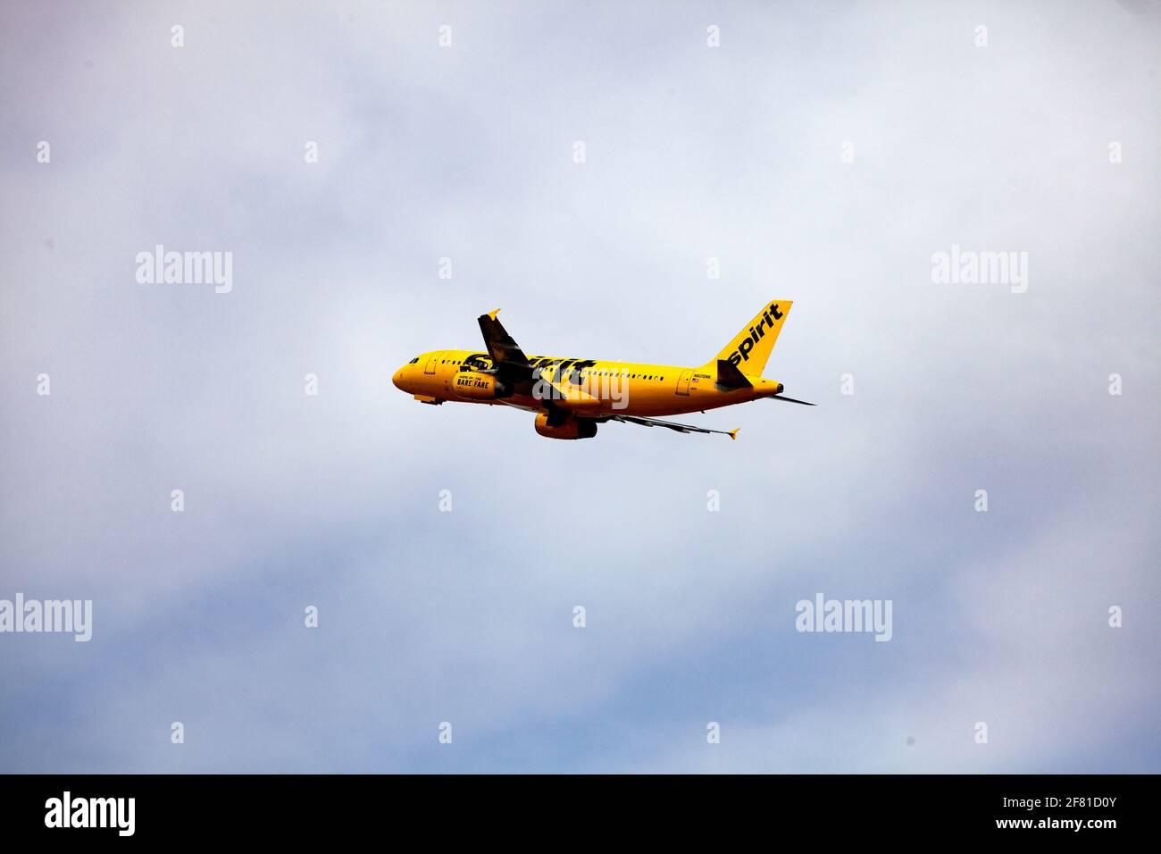 Avión Spirit amarillo brillante en vuelo en el Aeropuerto Internacional St Paul de Minneapolis. Minneapolis Minnesota MN Estados Unidos Foto de stock