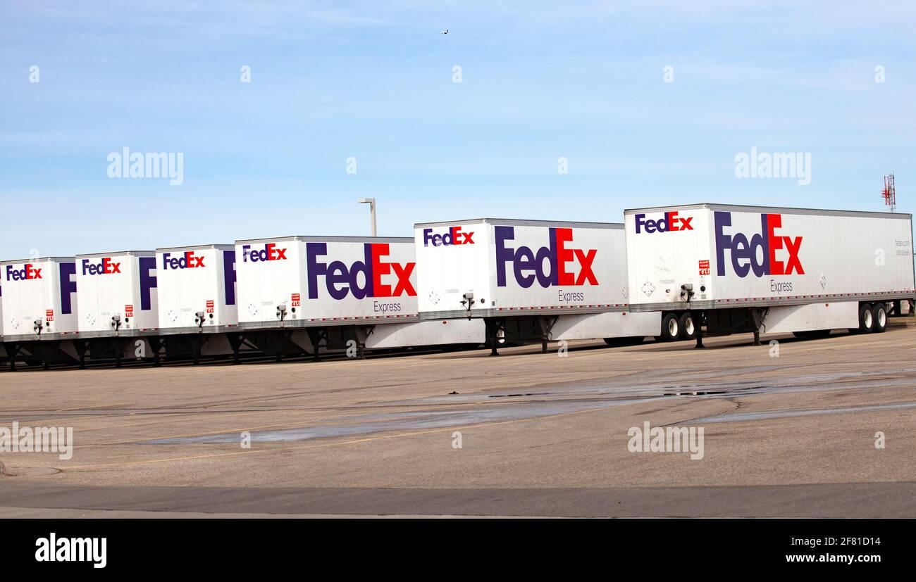 Los remolques semirremolques FedEx se alinearon en su lugar de negocios en el Aeropuerto Internacional St Paul de Minneapolis. Minneapolis Minnesota MN Estados Unidos Foto de stock
