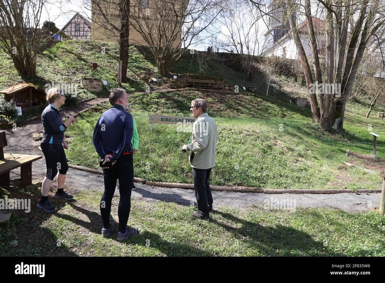 11 de abril de 2021, Thuringia, Tröbnitz: Los amigos peregrinos se encuentran en el jardín bíblico a lo largo del Tälerpilgerweg. El 11.04.21 se abre la temporada de la Tälerpilgerweg en el distrito de Saale-Holzland y Saale-Orla en Turingia. Bajo el lema 'solo y aún juntos - conectado en el Camino de Peregrinaje del Valle'. Después, la invitación se extiende a los peregrinos individuales. Foto: Bodo Schackow/dpa-Zentralbild/dpa Foto de stock