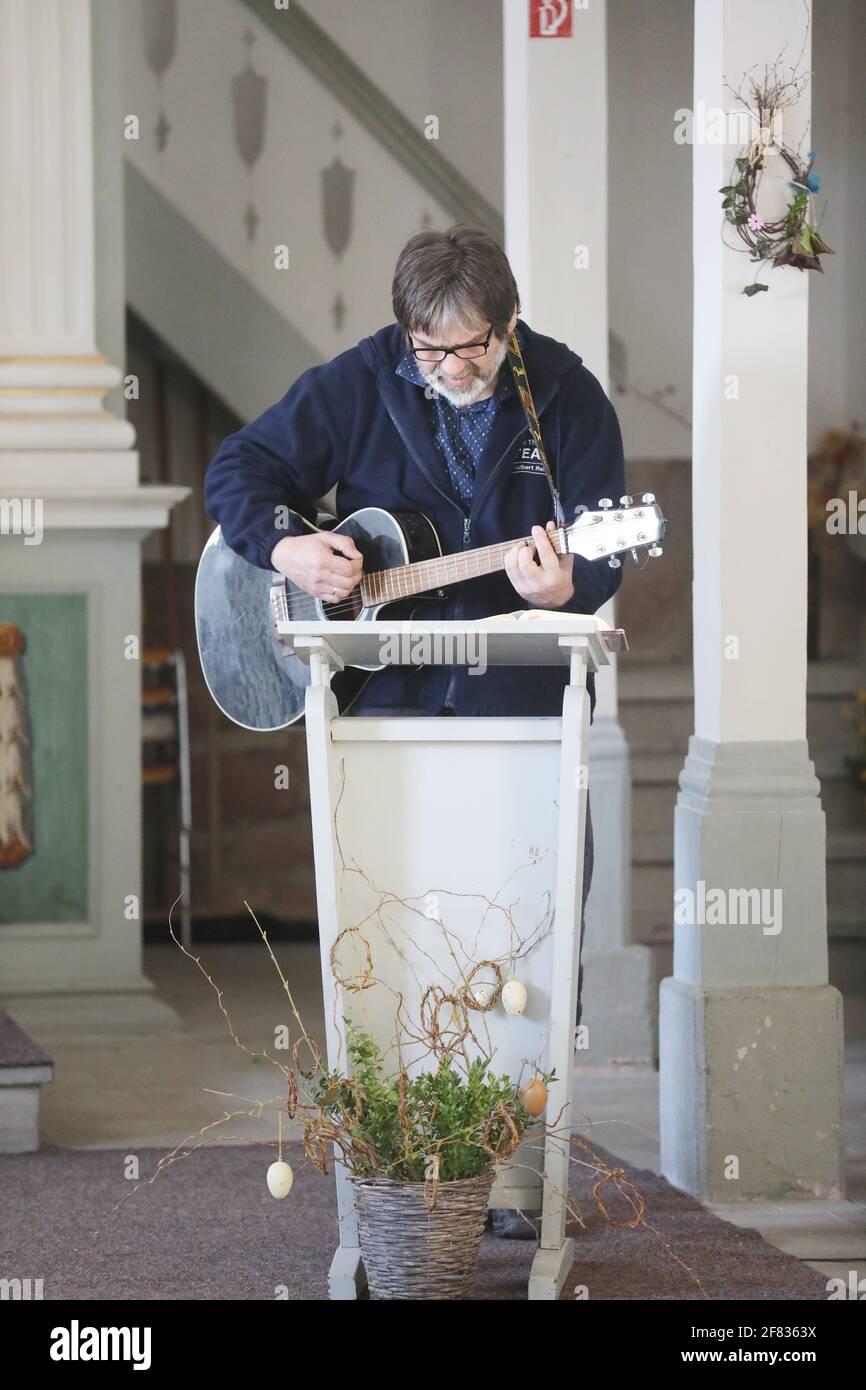 11 de abril de 2021, Thuringia, Tröbnitz: Friedbert Reinert, el iniciador de la Tälerpigerweg, canta en la iglesia de peregrinación. El 11.04.21 se abre la temporada de la Tälerpilgerweg en el distrito de Saale-Holzland y Saale-Orla en Turingia. Bajo el lema 'solo y aún juntos - conectado en el Camino de Peregrinaje del Valle'. Después, la invitación se extiende a los peregrinos individuales. Foto: Bodo Schackow/dpa-Zentralbild/dpa Foto de stock