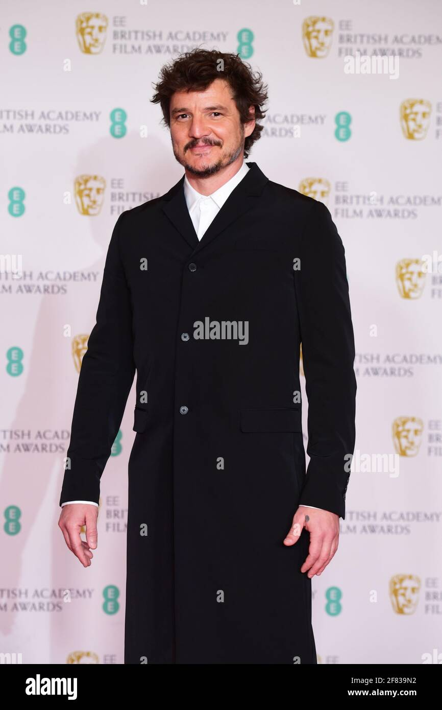 Pedro Pascal llega a los EE BAFTA Film Awards en el Royal Albert Hall de Londres. Fecha de la foto: Domingo 11 de abril de 2021. Foto de stock