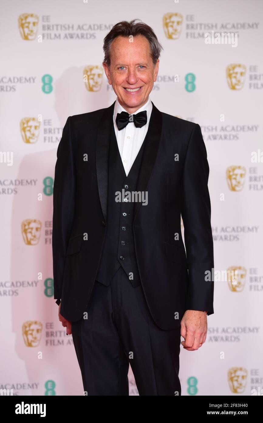 Richard E. Grant llega a los EE BAFTA Film Awards en el Royal Albert Hall de Londres. Fecha de la foto: Domingo 11 de abril de 2021. Foto de stock