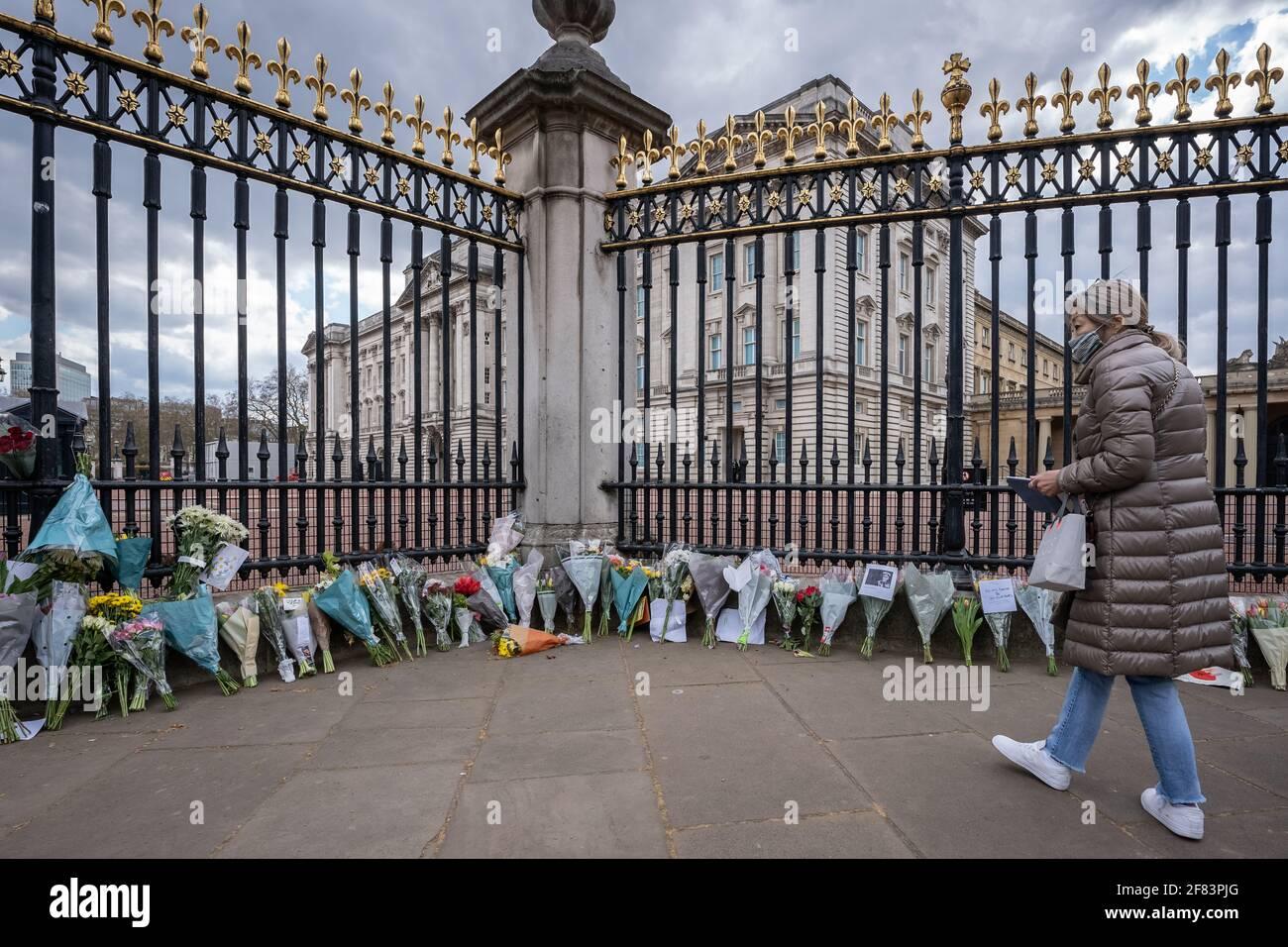Londres, Reino Unido. 11th de abril de 2021. Muerte del Príncipe Felipe: Los lugareños y los turistas siguen llevando flores y rindiendo homenaje a las puertas del Palacio de Buckingham al difunto Duque de Edimburgo, que murió el viernes a los 99 años. Crédito: Guy Corbishley/Alamy Live News Foto de stock