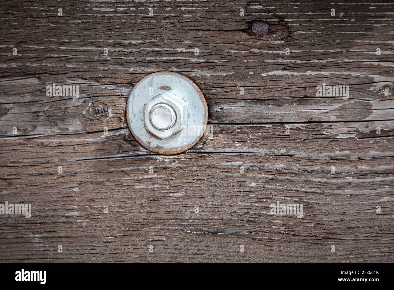 Perno en construcción de madera. Madera vieja pintada. Foto de stock