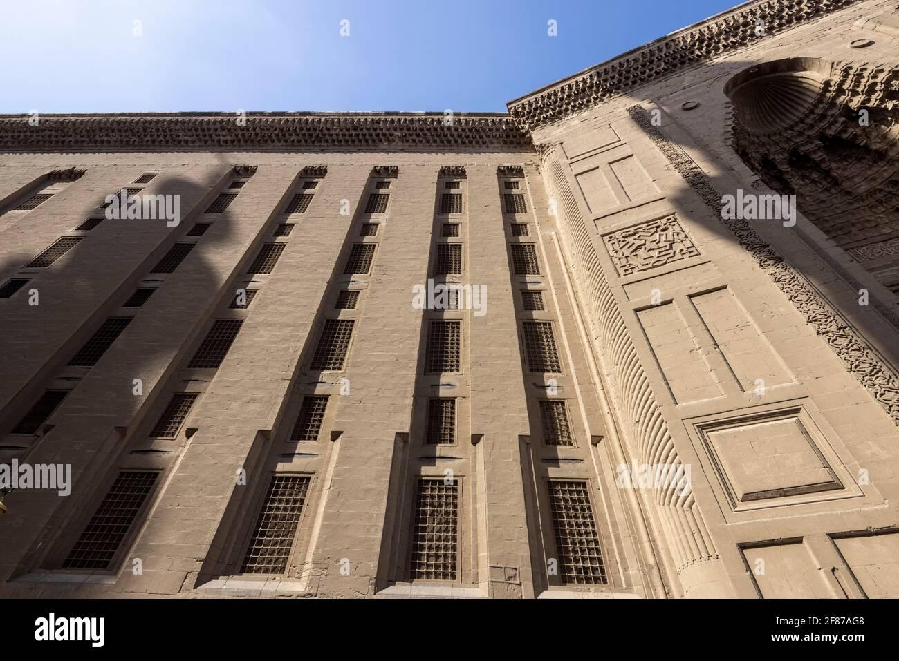 ventanas y portal, complejo Sultan Hasan, El Cairo Foto de stock
