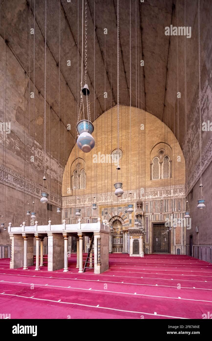 Vista hacia qibla iwan, complejo Sultan Hasan, El Cairo Foto de stock