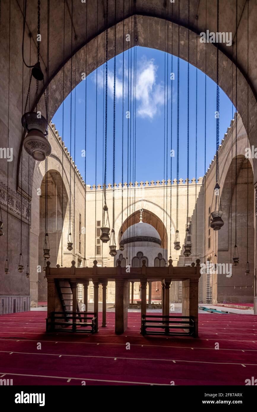 Vista desde qibla iwan, complejo Sultan Hasan, El Cairo Foto de stock