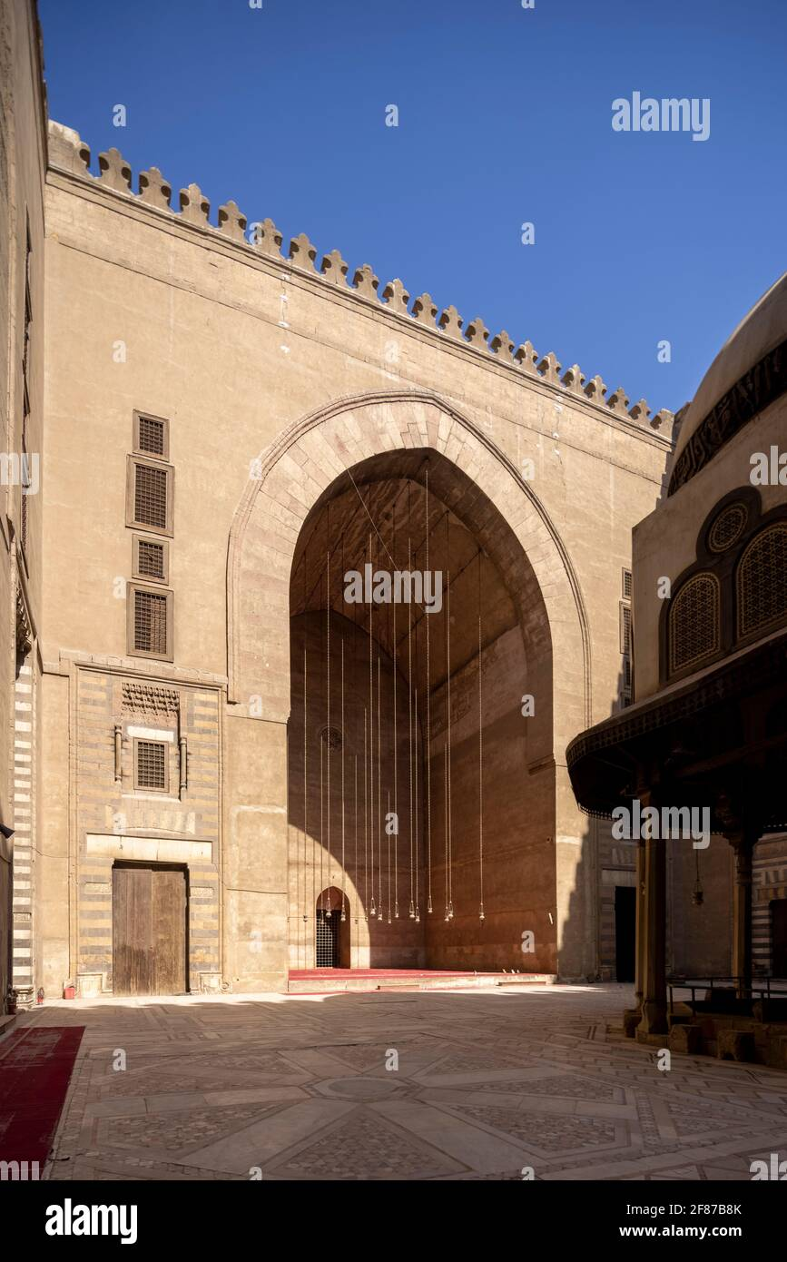 Vista del patio, complejo Sultan Hasan, El Cairo Foto de stock