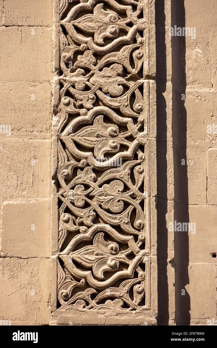 Detalle de piedra tallada arabesca en el portal de entrada principal, complejo Sultan Hasan, El Cairo Foto de stock