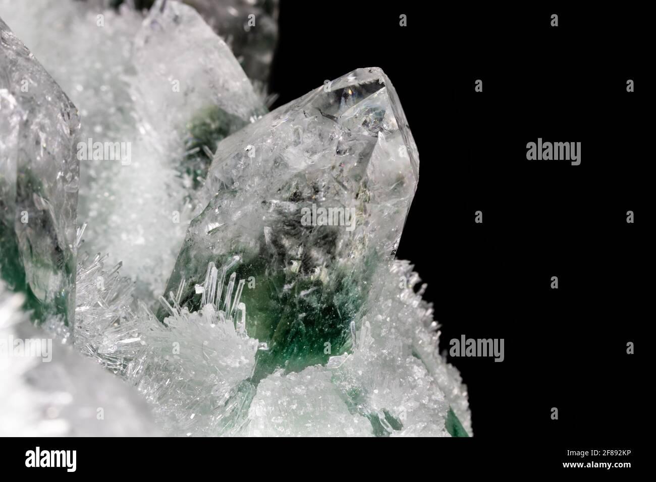 Cristales de cuarzo clorados del Himalaya. Los cristales más grandes, de color verde y blanco, están rodeados por cientos de pequeños cristales Foto de stock