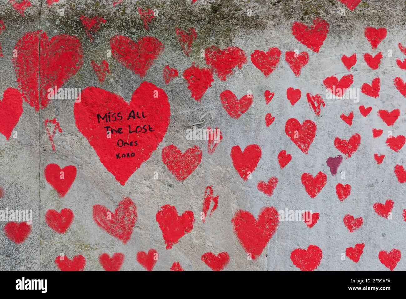 Corazones rojos pintados en el National Covid Memorial Wall AS Un homenaje a las víctimas británicas de la pandemia del Coronavirus Foto de stock