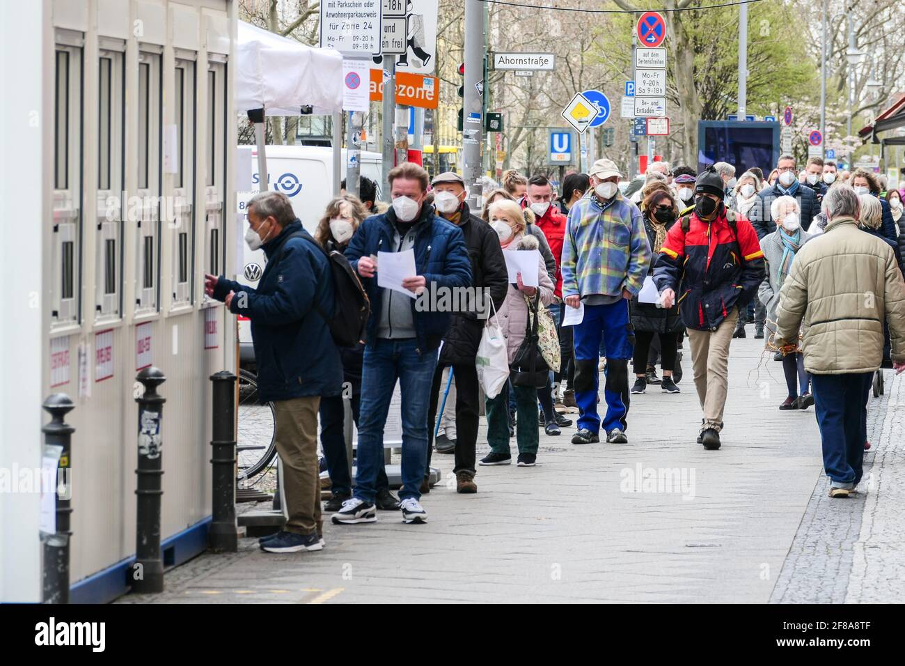 Berlín, Alemania. 12th de Abr de 2021. La gente espera las pruebas COVID-19 fuera de un lugar de prueba en Berlín, capital de Alemania, el 12 de abril de 2021. Más de tres millones de infecciones por COVID-19 se han registrado en Alemania el lunes desde el brote de la pandemia, según el Instituto Robert Koch (RKI). Crédito: Stefan Zeitz/Xinhua/Alamy Live News Foto de stock