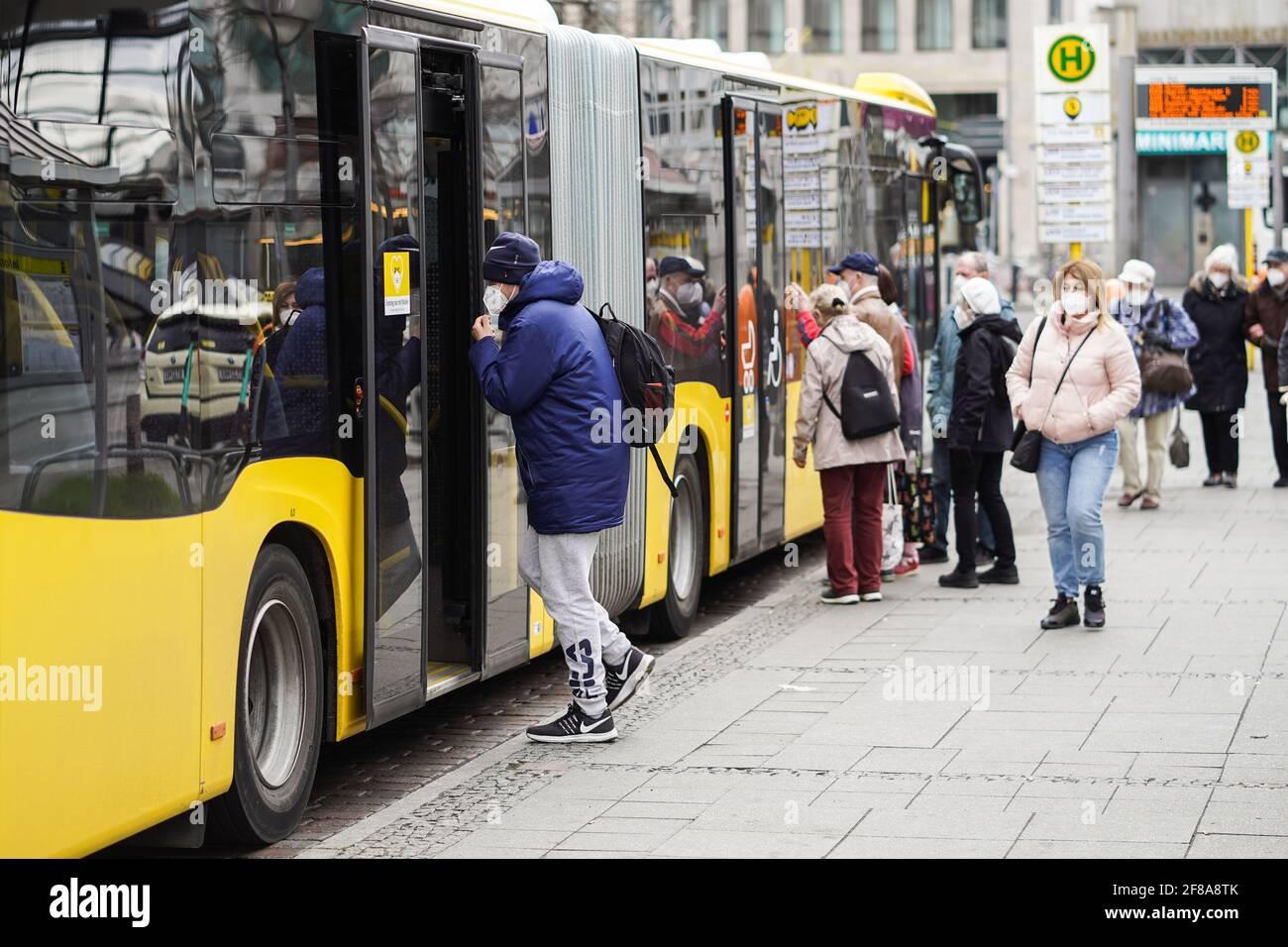 Berlín, Alemania. 12th de Abr de 2021. La gente se prepara para tomar un autobús en Berlín, capital de Alemania, el 12 de abril de 2021. Más de tres millones de infecciones por COVID-19 se han registrado en Alemania el lunes desde el brote de la pandemia, según el Instituto Robert Koch (RKI). Crédito: Stefan Zeitz/Xinhua/Alamy Live News Foto de stock