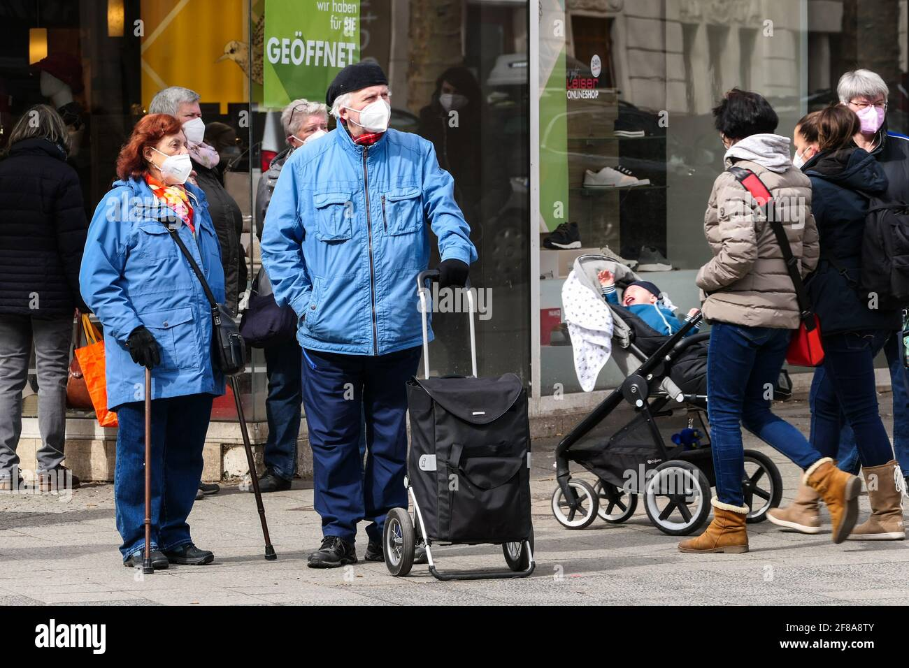 Berlín, Alemania. 12th de Abr de 2021. Las personas que usan máscaras faciales se ven en Berlín, capital de Alemania, el 12 de abril de 2021. Más de tres millones de infecciones por COVID-19 se han registrado en Alemania el lunes desde el brote de la pandemia, según el Instituto Robert Koch (RKI). Crédito: Stefan Zeitz/Xinhua/Alamy Live News Foto de stock