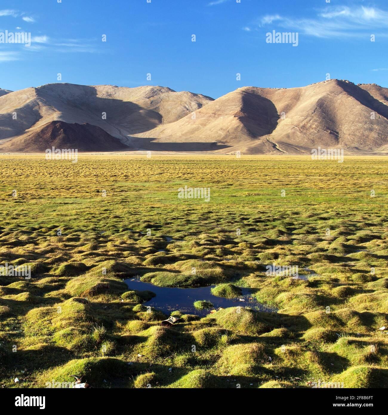 Montañas Pamir en Tayikistán. Paisaje alrededor de la carretera internacional Pamir M41. Foto de stock