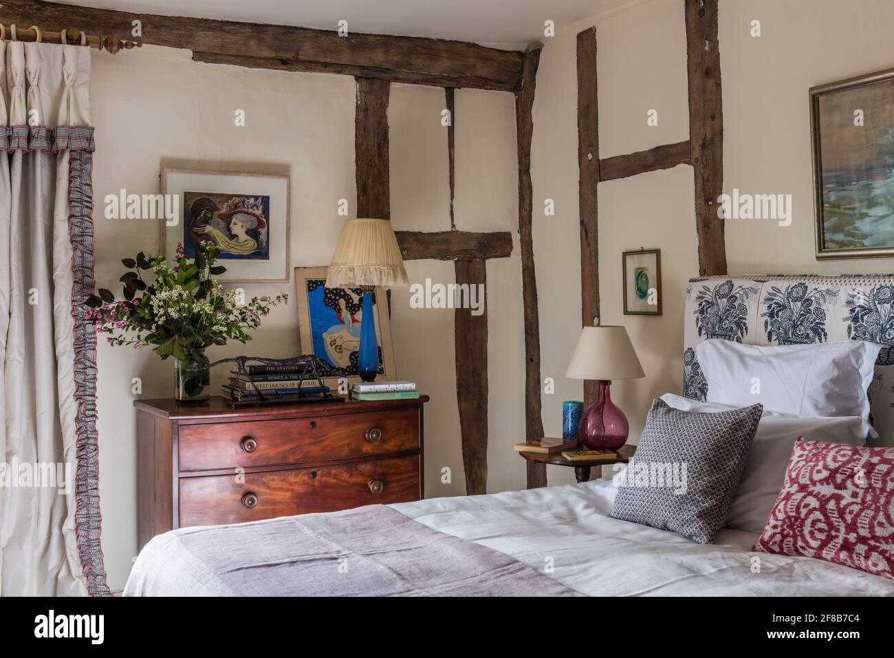 Los velvets tranquilos en el dormitorio 'Ivory' de Suffolk catalogado de grado II casa de campo Foto de stock