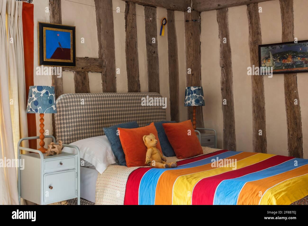 Tiro de rayas en la habitación del niño de Suffolk catalogado de grado II casa de campo Foto de stock