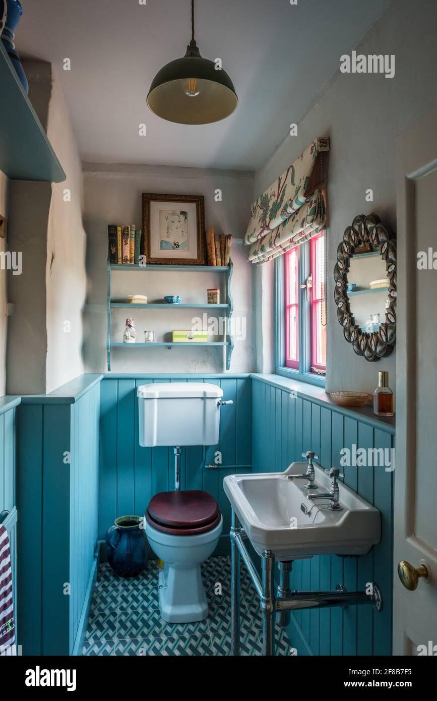 Pequeño cuarto de baño con paneles de color turquesa de grado II Casa de campo Suffolk Foto de stock