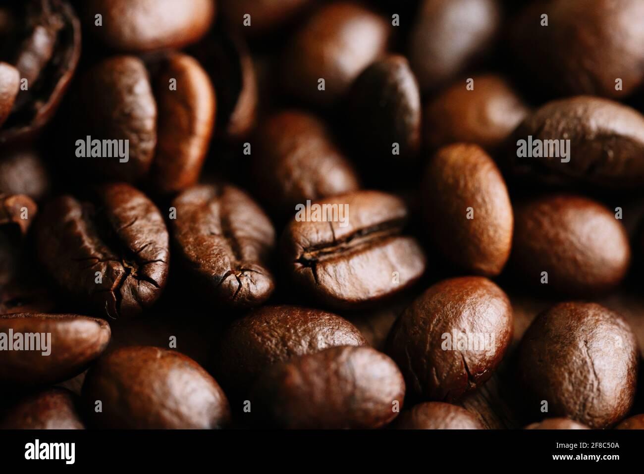 Detalle de muchos granos de café marrones Foto de stock