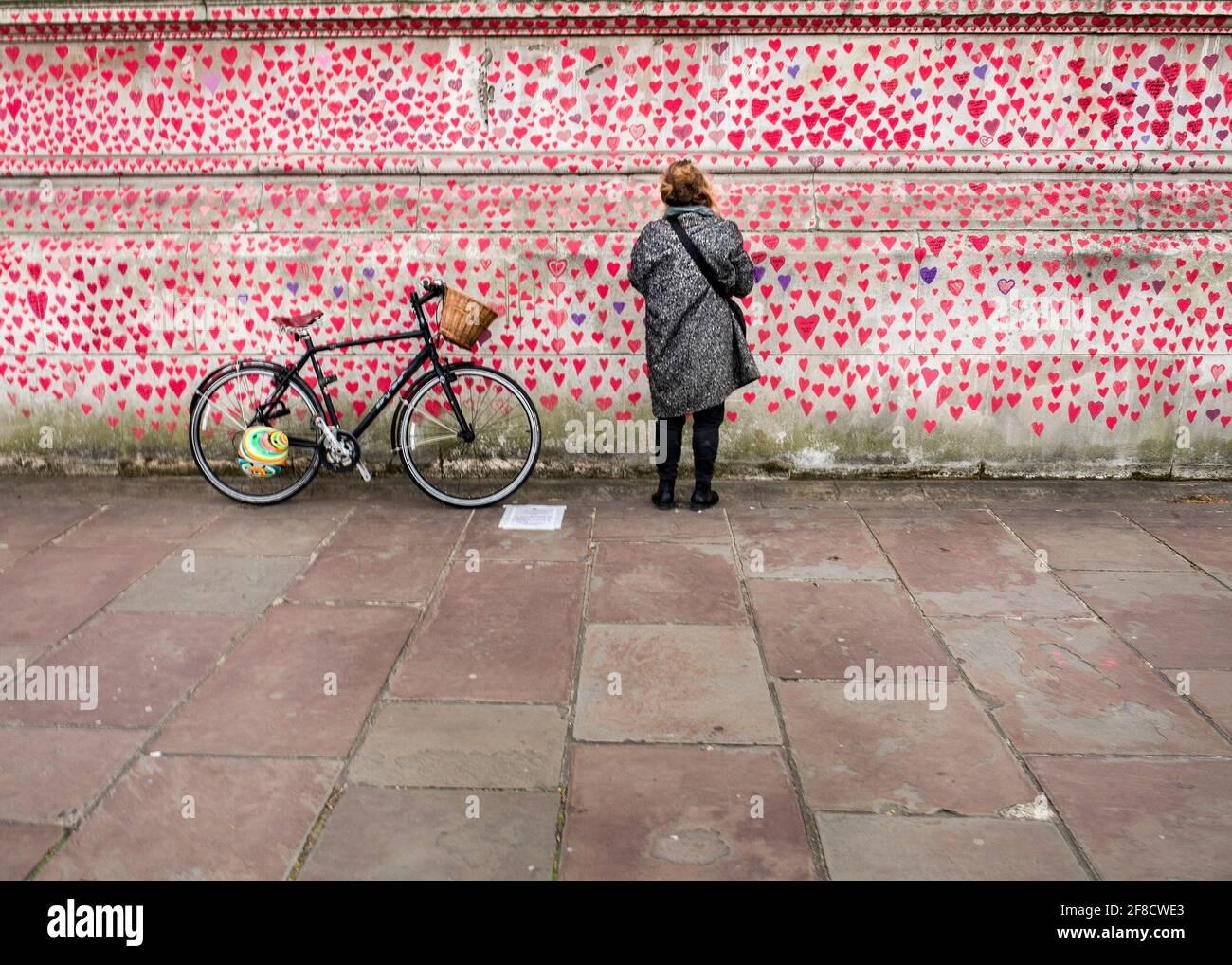 National Covid Memorial Wall, 150.000 corazones pintados en la pared frente a las Cámaras del Parlamento como un monumento a los que han muerto de coronavirus Foto de stock