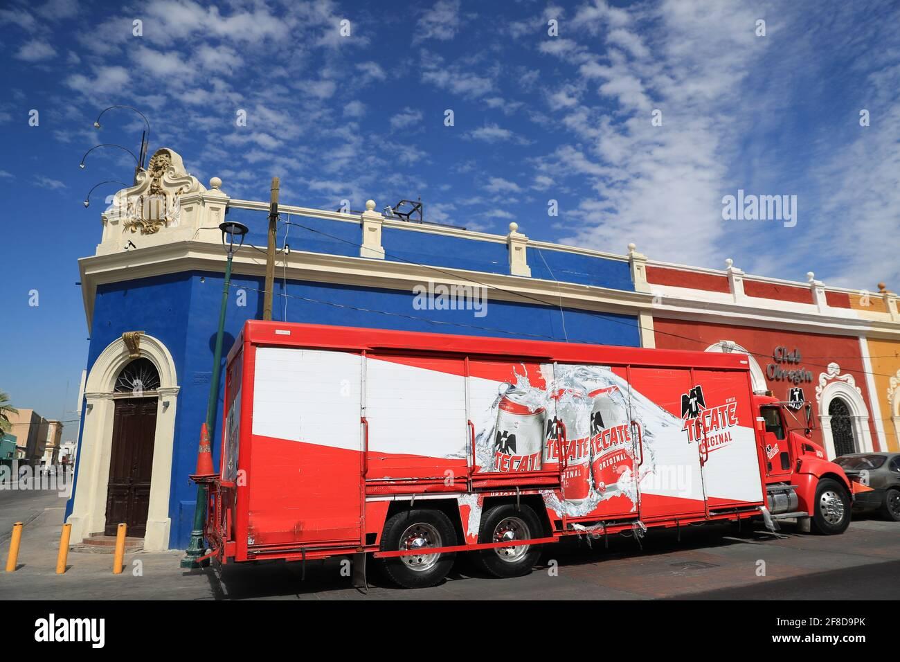 Un camión de reparto de la fábrica de cerveza Cuatemoc Moctezuma o Tecate vende latas y cartones de cerveza en un edificio azul llamado Cerveceria la Barra Hidalgo en el centro histórico de Hermosillo, Sonora, México.... Tecate (Foto de Luis Gutiérrez / NortePhoto) Un camion repartido de la cervecería Cuatemoc Moctezuma o tecate expende latas y cartones de cerveza en un edificio azul lleno cervecería la Barra hidalgo en el centro histórico de Hermosillo, Sonora, México. Foto de stock