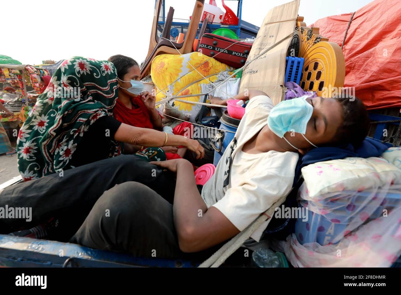 Dhaka, Dhaka, Bangladesh. 13th de Abr de 2021. La gente comienza a salir de Dhaka por delante de un nuevo bloqueo que se va a aplicar con reglas más estrictas. Una prisa de pasajeros con destino a casa se ve en la terminal de ferry de Shimulia Crédito: Harun-or-Rashid/ZUMA Wire/Alamy Live News Foto de stock