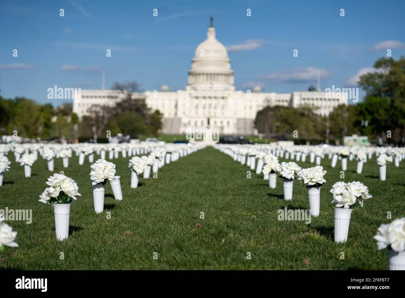 Washington, Estados Unidos. 13th de Abr de 2021. Foto tomada el 13 de abril de 2021 muestra 40.000 flores de seda blanca instaladas en el National Mall para honrar a los casi 40.000 estadounidenses que mueren cada año por violencia armada en Washington, DC, Estados Unidos. Crédito: Liu Jie/Xinhua/Alamy Live News Foto de stock