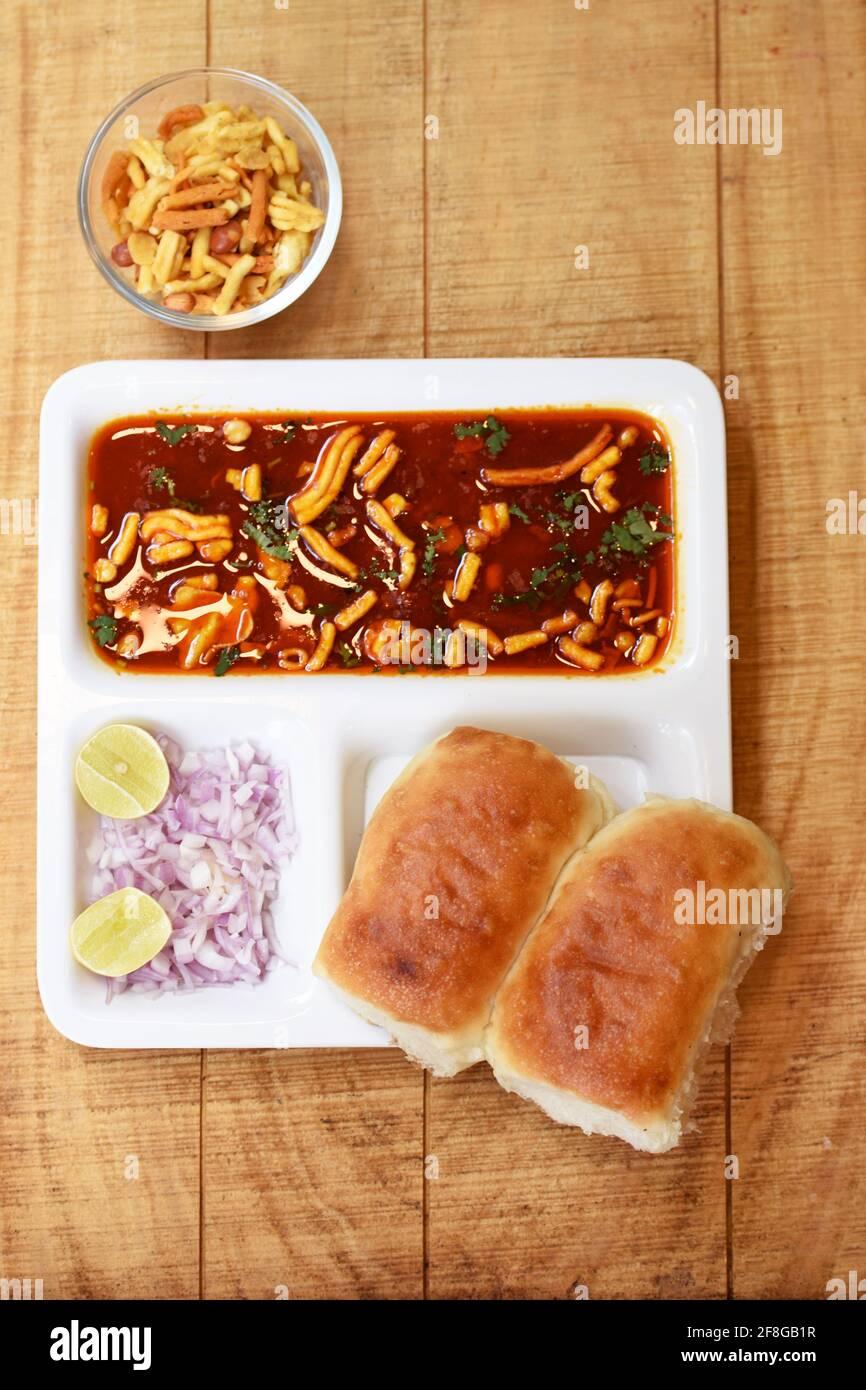 India delicioso 'misal Pav' con cebolla y cilantro esparcido sobre el pan de trigo de curry Foto de stock
