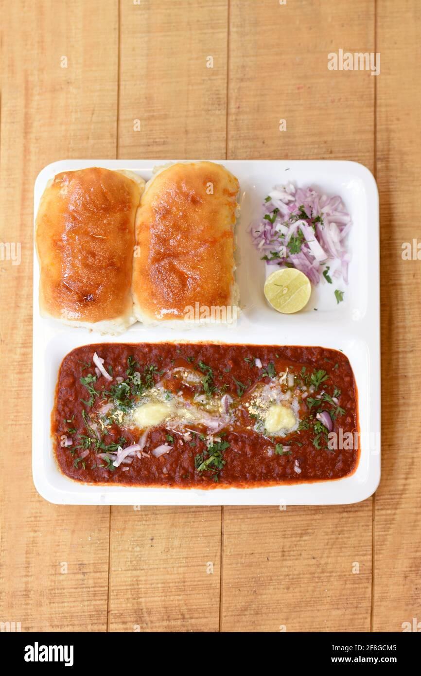 India delicioso Pav Bhaji con cebolla y cilantro propagación Tapa de pan de trigo de curry Pav Bhaji plato de comida rápida Desde la India Foto de stock