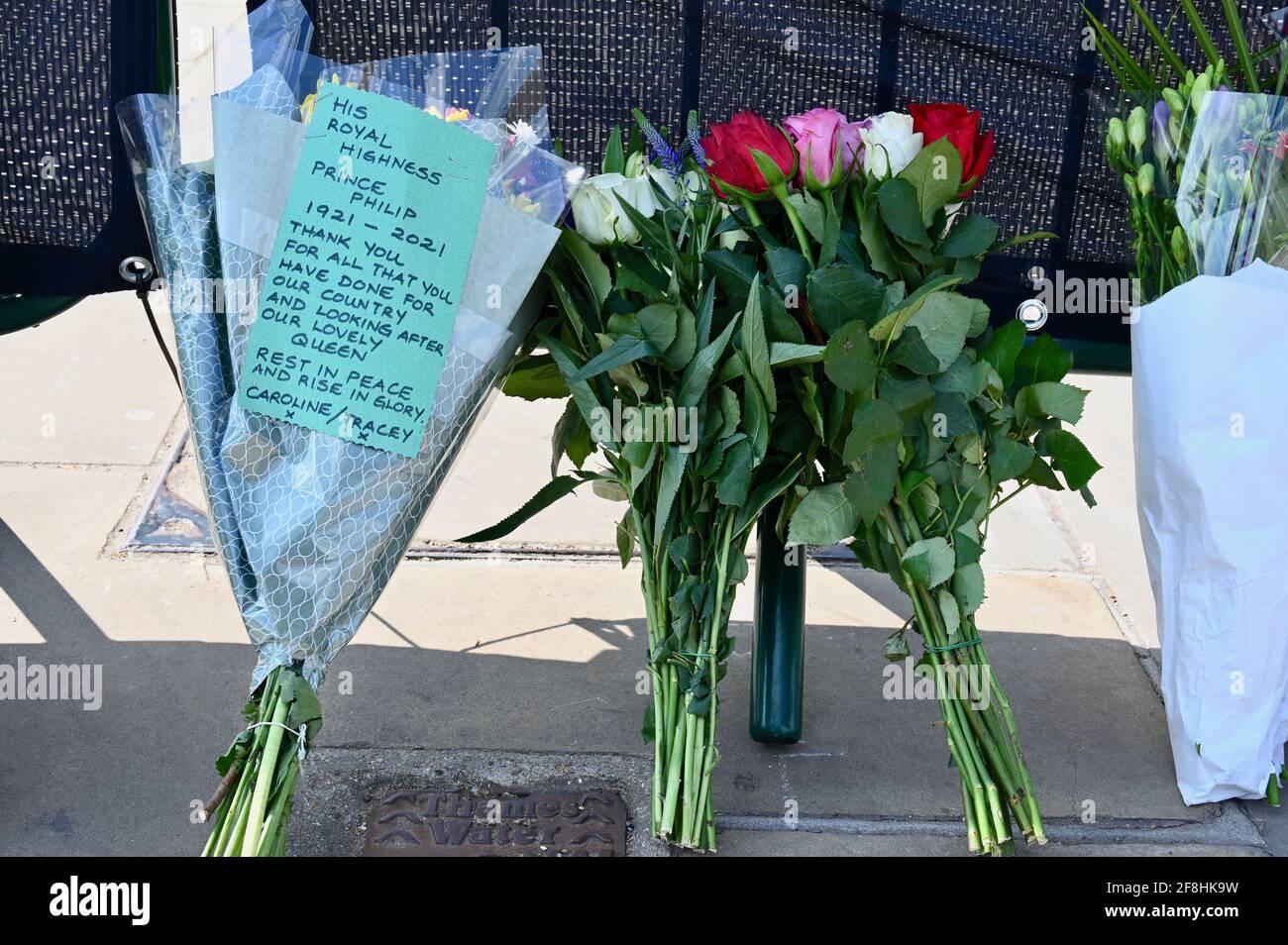 Londres. Reino Unido. Los Royal Westhers dejan tributos florales al Duque de Edimburgo después de su muerte el viernes 09.04.2021. Se ha pedido a los lamentadores que se alejen de las residencias reales debido a la pandemia de coronavirus. Buckingham Palace, Londres. Foto de stock