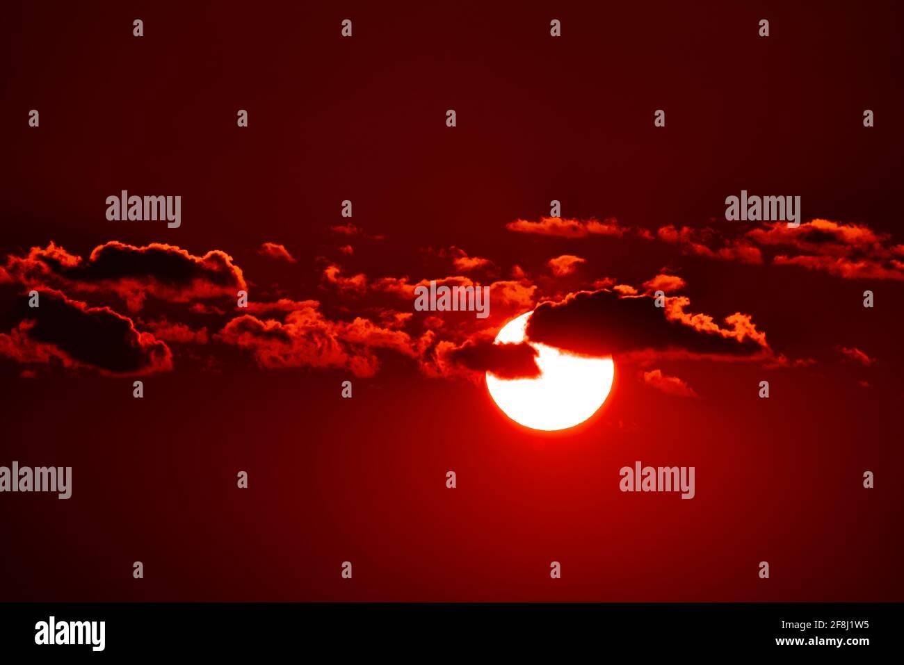 Sol en el cielo oscuro Foto de stock