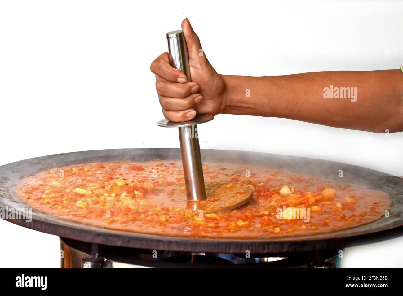 PAV Bhaji cocido en las calles de la India, India Mumbai comida Pav bhaji, Pav Bhaji es un plato de comida rápida, curry vegetal espeso y picante, Foto de stock