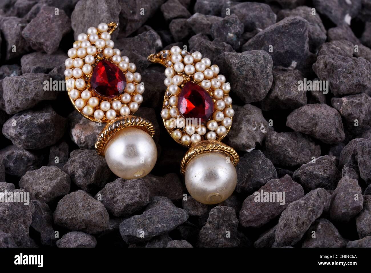 Pendientes de perla con gema de rubí, joyería India tradicional, joyería India Foto de stock