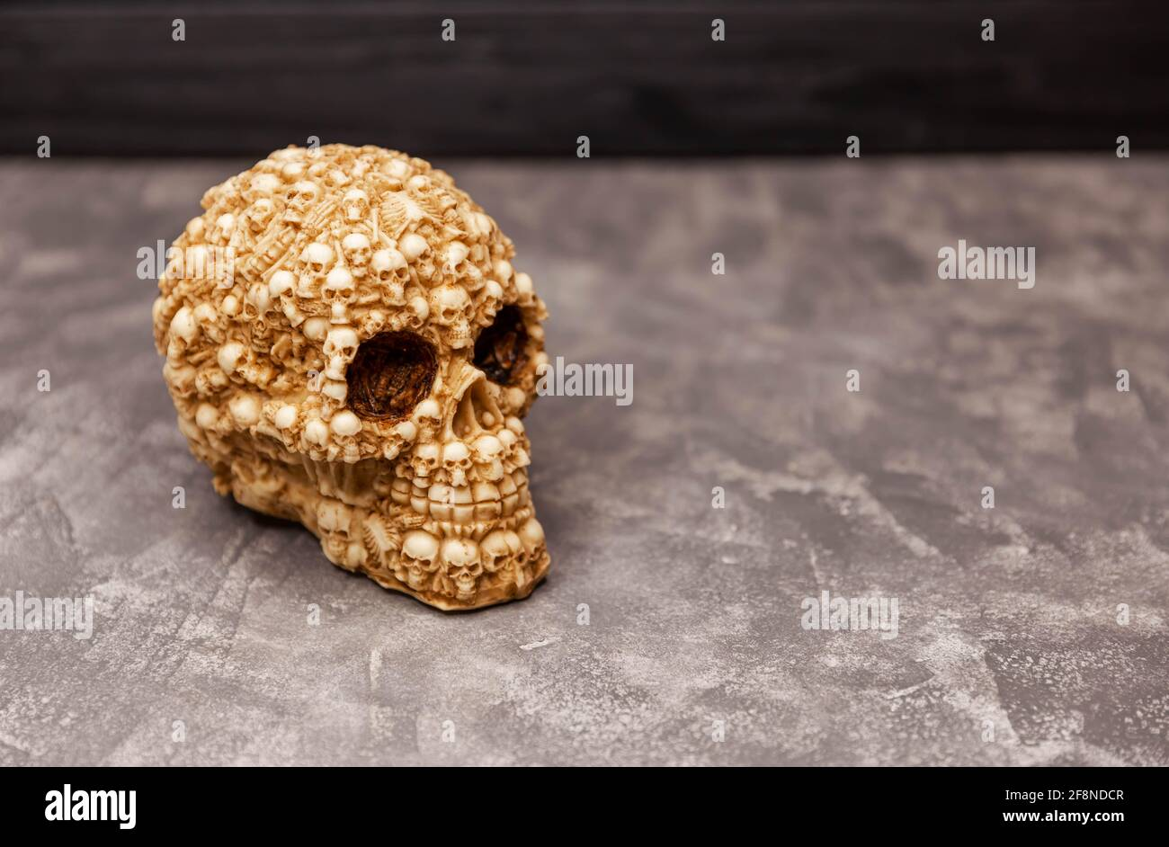Cráneo de miedo humano sobre fondo negro. Concepto místico de Halloween Foto de stock