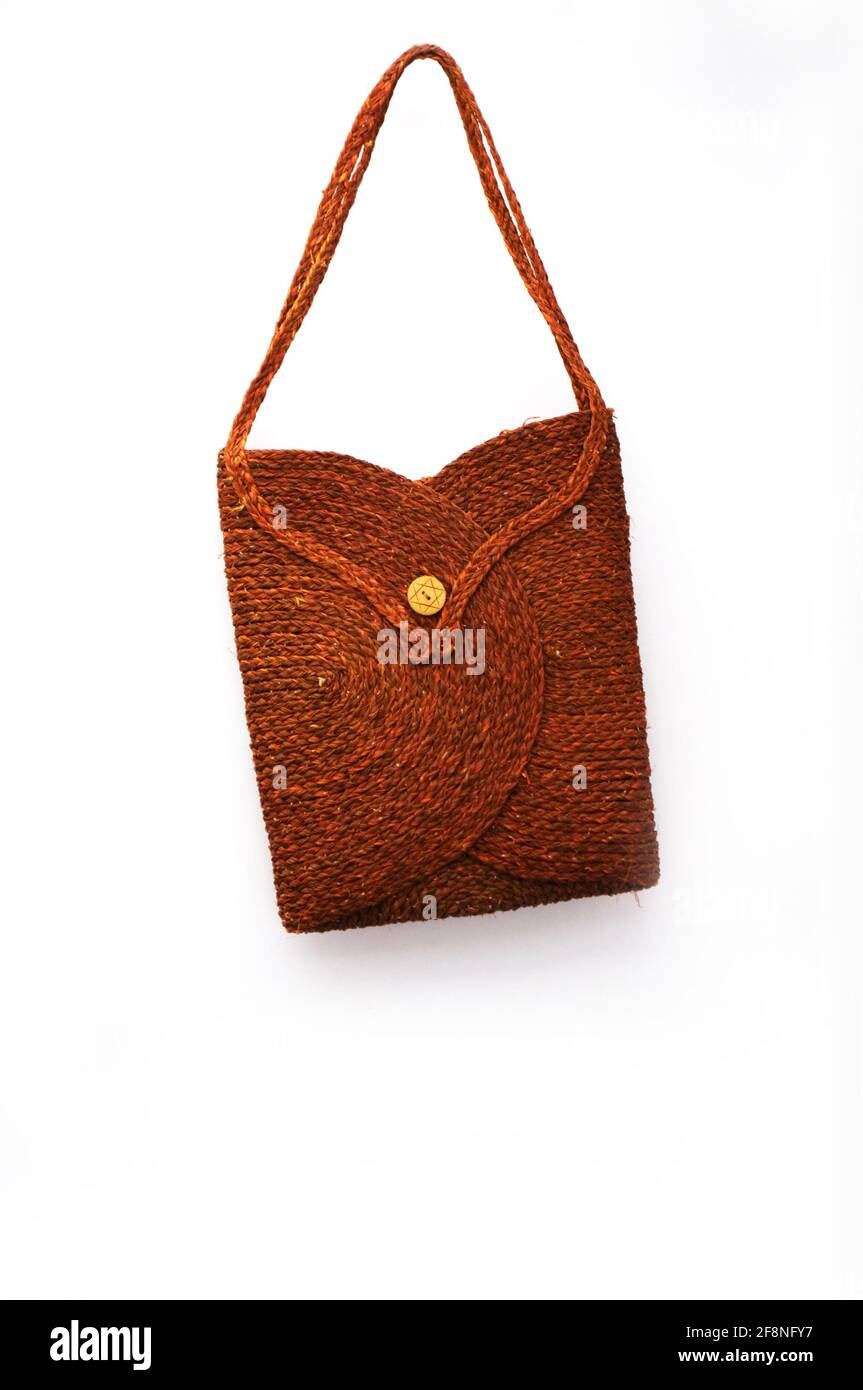 Bolsa de paja de colores para ir de compras sobre fondo blanco, hermosa bolsa femenina, objeto de playa Foto de stock