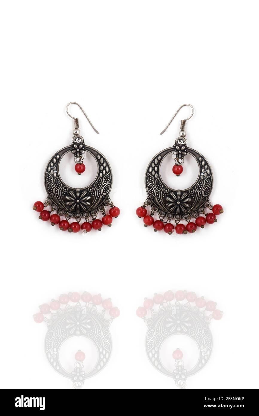 Pendientes oxidados de plata estilo étnico indio, con estilo con cuentas rojas, pendientes Jhumka, pendientes de gota colgantes Foto de stock