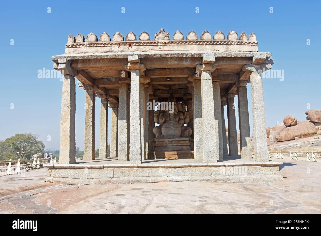La estatua de Sasivekalu Ganesha, antigua arquitectura del imperio Vijayanagara del siglo 14th en Hampi es un lugar declarado Patrimonio de la Humanidad por la UNESCO Foto de stock